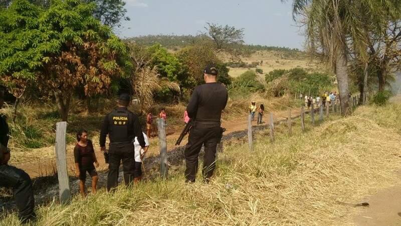 Policiais do DOF conversam com índios que ocupam fazendas no município de Antonio João (Foto: Divulgação/DOF)