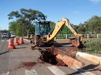 Após cabeceira desmoronar, prefeitura começa obra na Ernesto Geisel