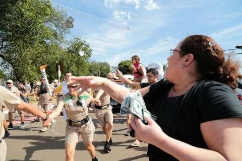 Pontual, tocha olímpica começa percurso com pouca gente nas ruas