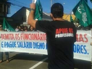 Em Campo Grande, sindicato dos professores faz manifestação no Centro de Campo Grande, mas adesão à paralisação é baixa (Foto: Marcos Ermínio)