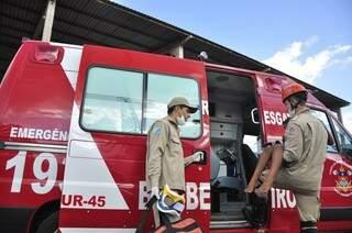 Menino é colocado dentro de viatura após fraturar um dos pés após levar cadeirada (Foto: João Garrigó)