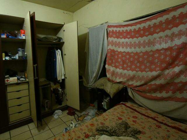 Durante assalto a casa que também funciona uma oficina, os bandidos reviraram tudo em busca de dinheiro (André Bittar)