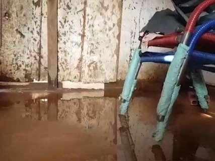 Em residencial inacabado, dia seguinte à chuva é de contar perdas