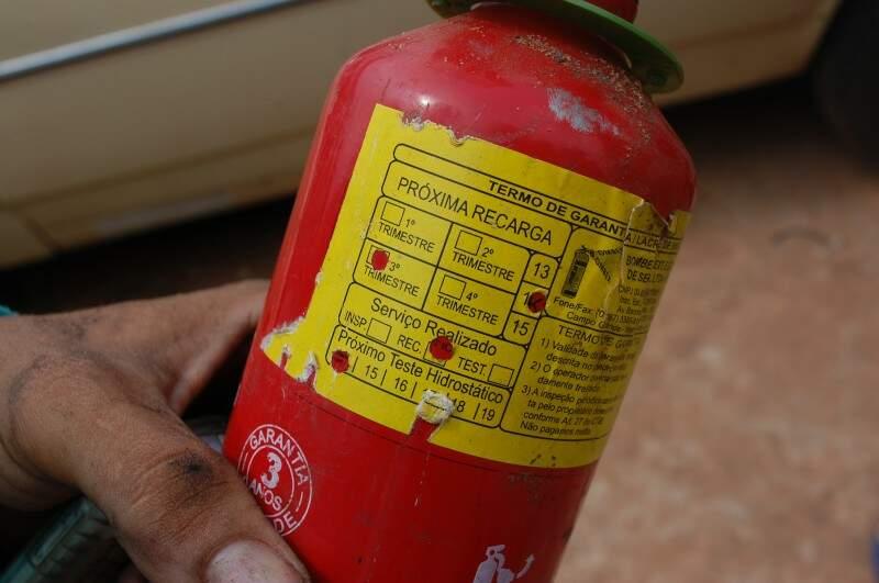O extintor estava dentro da validade, mas não funcionou na hora de apagar as chamas (Foto> Simão Nogueira)