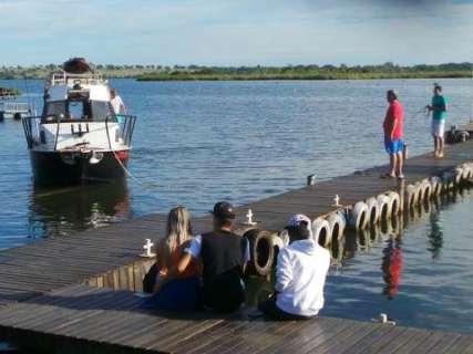 Homens teriam pulado em rio para impedir que barco com crianças virasse