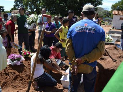 Tristeza marca enterro de criança atropelada por traficante no Nova Lima