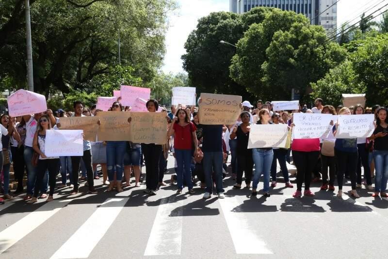 Funcionários da Omep e Seleta protestam contra decisão que os impede de trabalhar. (Foto: Marcos Hermínio)