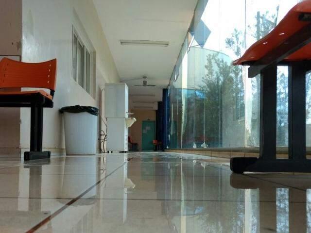 Água no chão do corredor da UPA da Vila Almeida, na manhã desta segunda (Foto: Fernando Antunes)