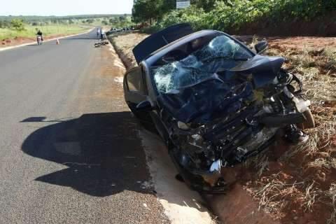 Estado de motociclista é grave após acidente que destruiu moto e carro