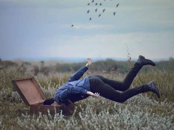 O fotógrafo cria cenários utilizando objetos que fazem parte do cotidiano. (Foto: Matheus Ribeiro)