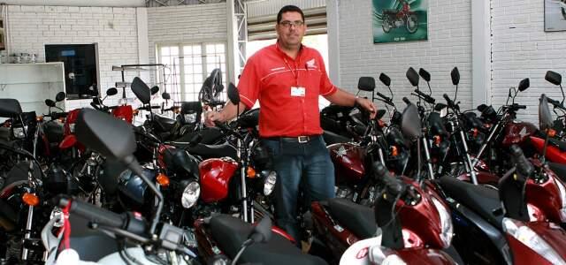 Supervisor da concessionária, Otair Cortezini Beline diz que venda de motos aumentou 27%.