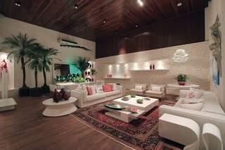 Sala e lounge com tubos de PVC revestindo a parede principal.