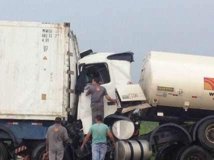 Motorista fica preso às ferragens em acidente entre caminhões na BR-163