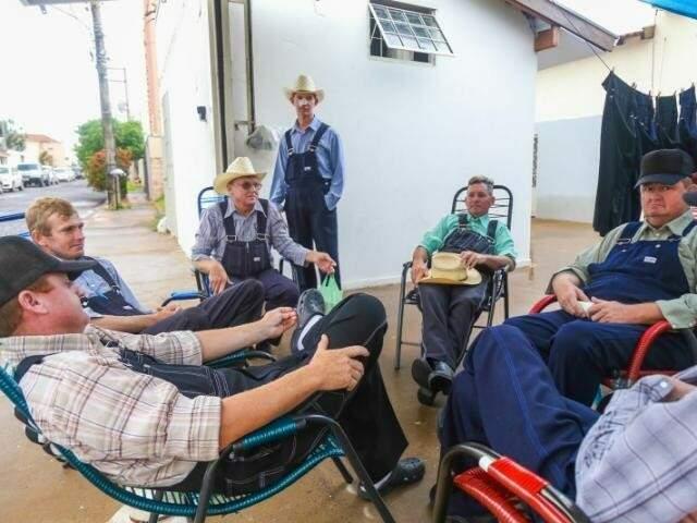 Roda de tereré na garagem de casa reúne os homens menonitas. (Foto: Arquivo/ Fernando Antunes)