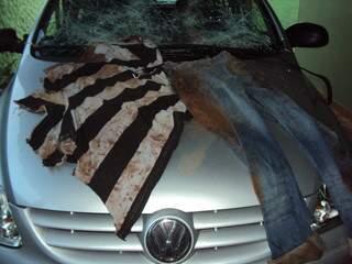 Carro do policial foi danificado e devido à agressão, a roupa que vestia sujou.