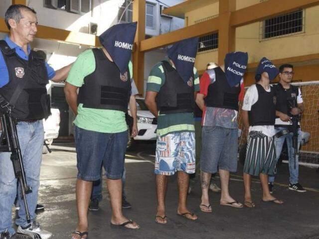 """Integrantes da facção """"Bala na Cara"""", presos quinta-feira em Pedro Juan Caballero (Foto: ABC Color)"""