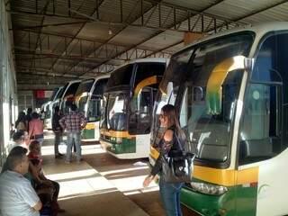 Fila de ônibus parados na rodoviária de São Gabriel do Oeste (Foto: Alexandre Herculano / direto das ruas)