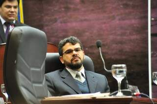 O vereador Maurício Lemes, acusado de apalpar nádegas de Virgínia Magrini; ao fundo o presidente da Comissão de Ética, Marcelo Mourão (Foto: Eliel Oliveira)