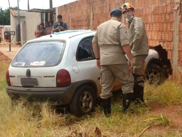 Jornalista foi atingido na cabeça, perdeu o controle e bateu carro em muro. (Foto: Rafael Ribeiro)