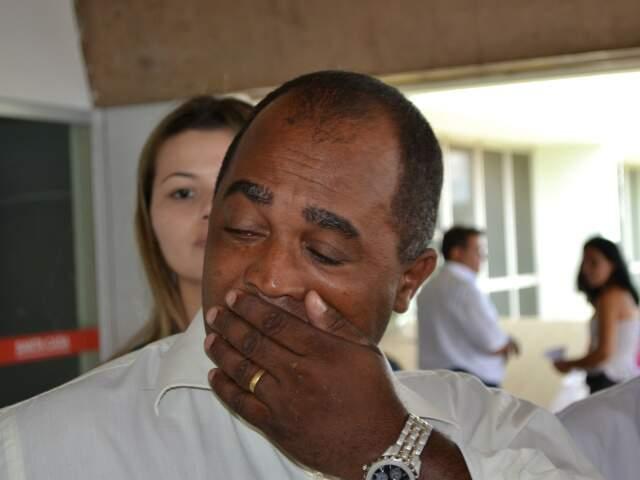 O pai do menino atropelado, no hospital. (Foto: Pedro Peralta)
