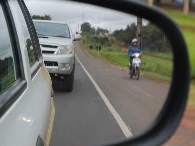 Acostamento serve de atalho para motocicleta.  ((Foto: Fernando Antunes)