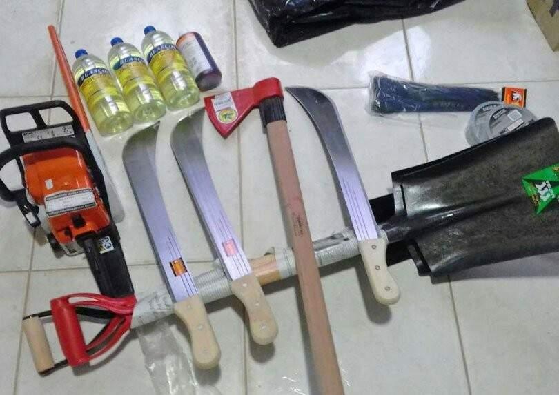 Equipamentos e produto inflamável foram fotografados pelos bandidos (Foto: ABC Color)