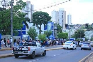 Na Uniderp, candidatos que já terminaram a prova (Foto: Marina Pacheco)