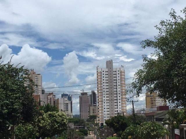 Em Campo Grande, céu claro com nuvens. (Foto: Julia Kaifanny)