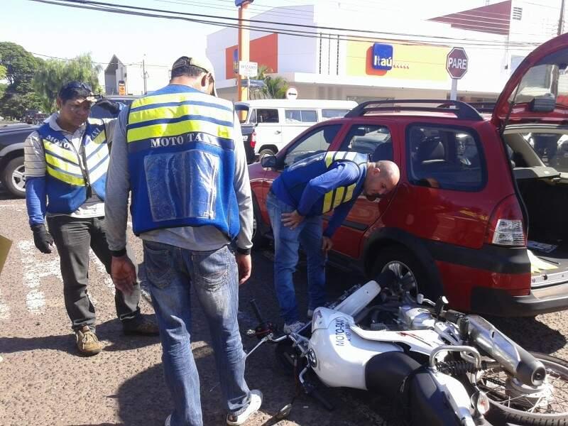 Mototaxista levou um susto, mas só passageira foi encaminhada para centro de saúde (Foto: Viviane Oliveira)