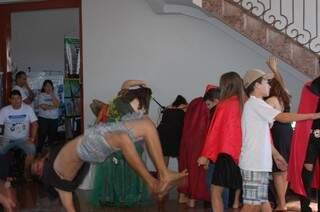 Grupo Brilhantina, da Escola João Carlos Flores, abriu a apresentação dos trabalhos nesta manhã. (Foto: Viviane Oliveira)