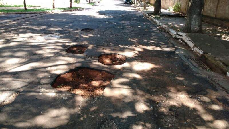 Além da cratera de quase 40 cm, é possível contar 14 buracos no cruzamento. (Foto: Marcus Moura)