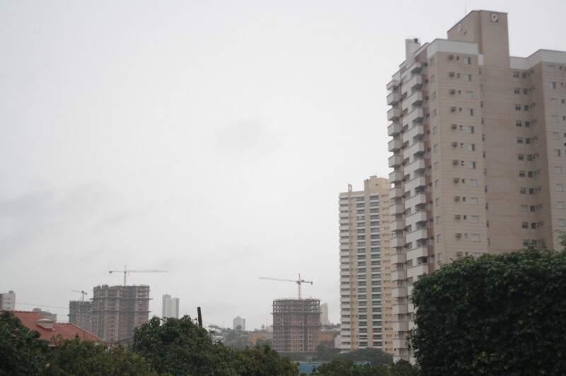 Céu nublado e com possibilidade de chuva em Campo Grande. (Foto: Marcos Ermínio)