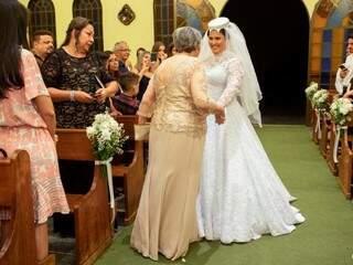 Apaixonada pelo vestido da avó, Juliana fez uma homenagem. (Foto: Vicente Barros)