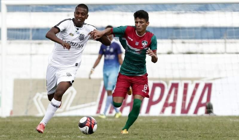 O Operário, todo de branco, jogou melhor e mereceu a vitória diante do time do Maranhão (Foto: Miguel Schincariol)
