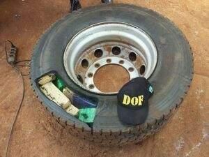 A droga estava dividida em tabletes e dentro dos pneus. (Foto: Divulgação DOF)