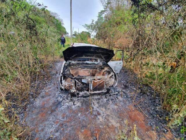 Toyota Duet foi encontrado queimado a 8 km de Ponta Porã, em território paraguaio (Foto: Mbykymi Notícias)