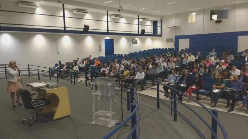 Assessores e vereadores acompanham a primeira palestra sobre processo legislativo. (Foto: Richelieu de Carlo)