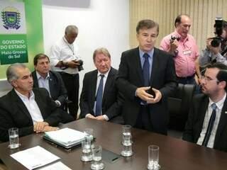Da esquerda para direita, governador Reinaldo Azambuja (PSDB), presidente do TJ, José Maria Lós, procurador Mauri Ricioti e o chefe da controladoria, José Barbieri. (Foto: Fenrnando Antunes)