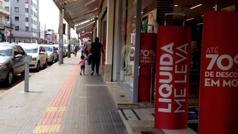 Ruas vazias a partir das promoções nas lojas.  (Foto: Elci Holsback)