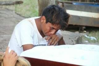Índio chora a morte de Simeão durante velório (Foto: Marcos Ermínio)