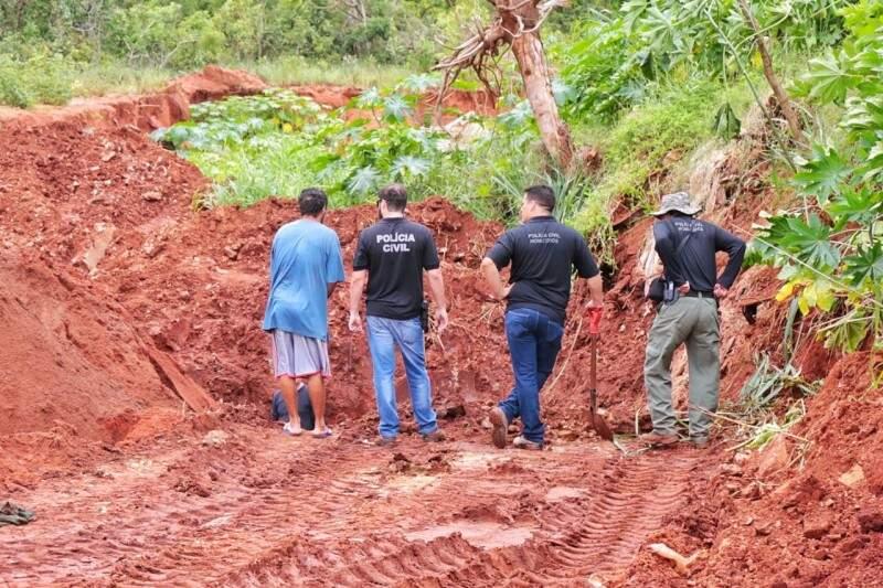 Buracos de até dois metros são cavados na busca por pelo menos três novas ossadas de vítimas (Foto: Fernando Antunes)