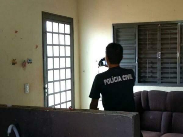 Policiais voltaram a residência nesta manhã. (Foto: Osvaldo Duarte)