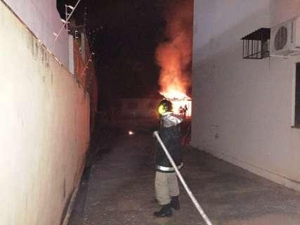 Idosa coloca fogo em lixo e provoca incêndio que destrói residência