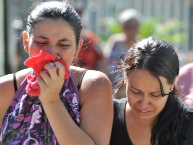 Em meio ao pranto, desespero e esperando um filho, viúva de Marcos Vinícius chega ao velório. (Foto: Marlon Ganassin)