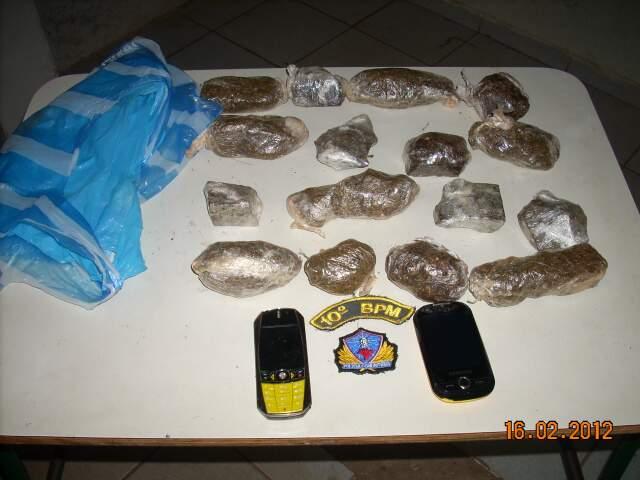 Droga era levada em duas sacolas plásticas. (Foto: Divulgação/PM)