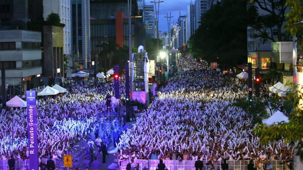 O Réveillon na Avenida Paulista, principal via urbana de São Paulo, tem atraído cada vez mais gente na última noite do ano (Foto: Agência Brasil)