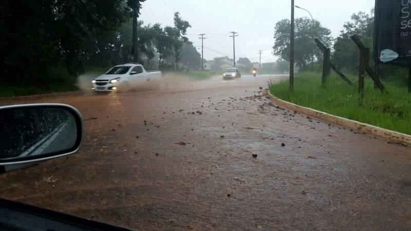 Na região do Rita Vieira, problema são os detritos carregados pela enxurrada