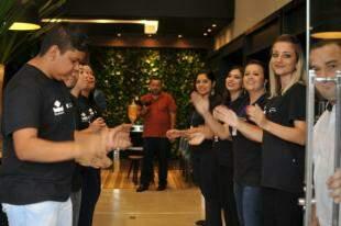 Clientes são recepcionados na nova loja WS Net: Foto - Alcides Neto