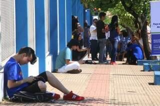 Candidatos começam a chegar na Uniderp, com antecedência para prova (Foto: Marcos Ermínio)