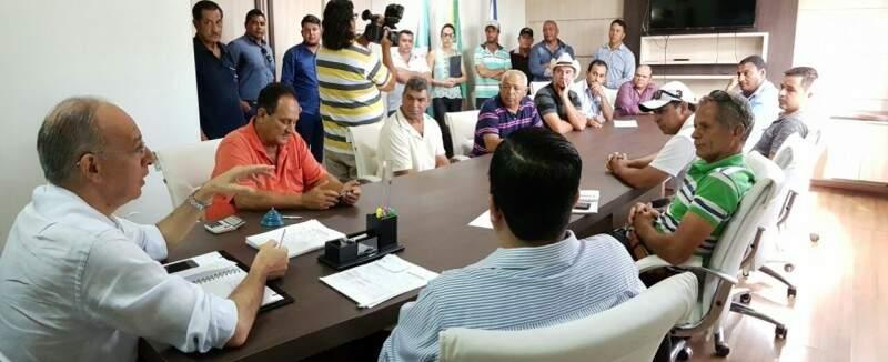 O prefeito de Ponta Porã, Helio Peluffo, durante reunião com lideranças dos assentamentos (Foto: Lécio Aguilera/Assessoria)